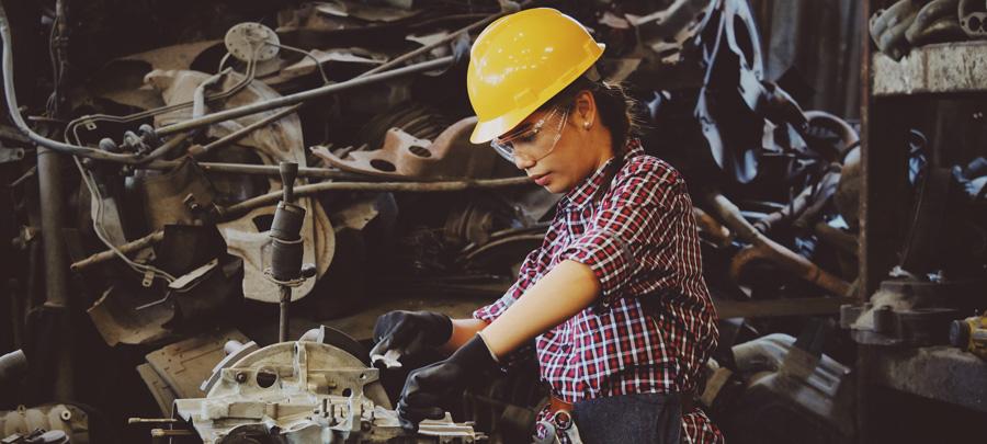 Mavi Yaka Kadın Çalışan